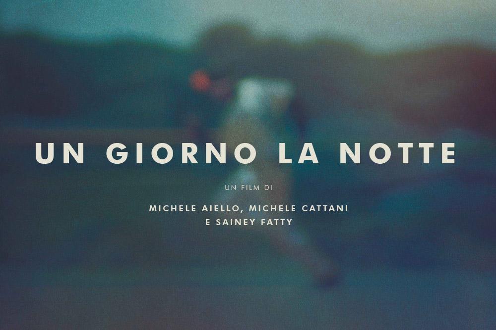 Sfondo sfocato con un ragazzo che corre e il titolo Un Giorno la Notte, un film di Michele Aiello, Michele Cattani e Sainey Fatty