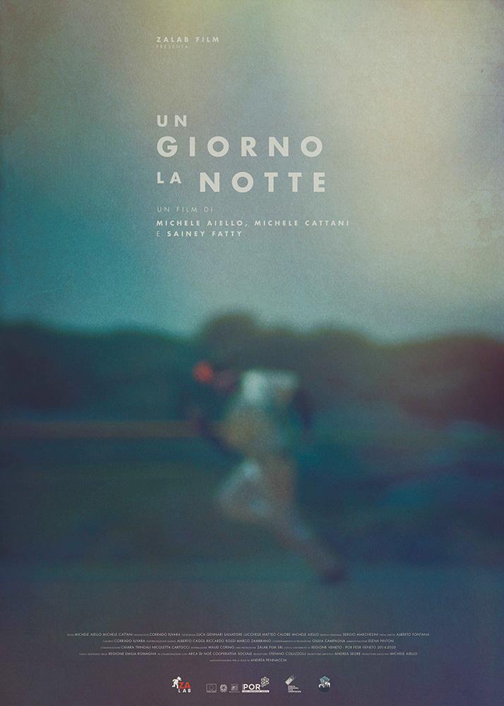 Un ragazzo corre su un sfondo sfocato e sopra una scritta Un Giorno la Notte